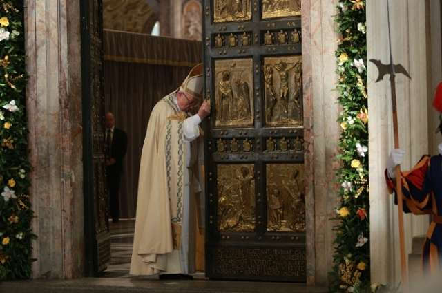 xpope_francis_closes_the_holy_door_in_st_peters_basilica_nov_20_2016_credit_daniel_ibaez_cna-jpgqw640-pagespeed-ic-badjyebnex